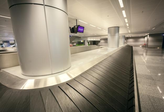 Close-up groothoekopname van lege bagageclaim bij luchthaventerminal