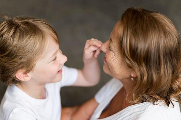 Close-up grootmoeder en kind spelen