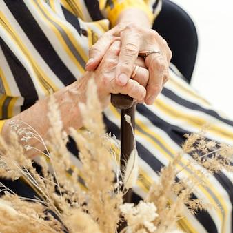 Close-up grootmoeder met elegante jurk