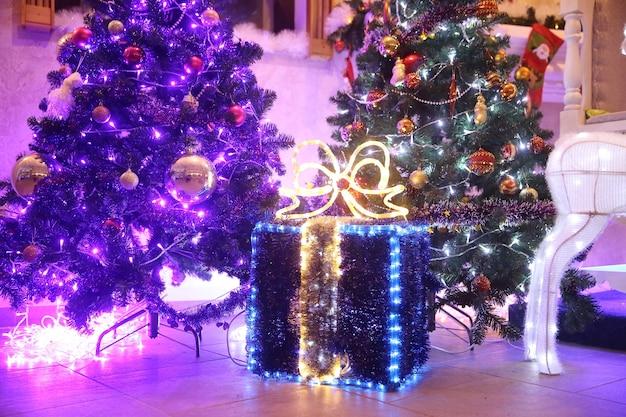 Close up.grote doos met kerstcadeaus bij de kerstboom in de woonkamer