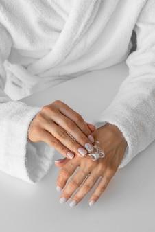 Close-up hand crème op te zetten