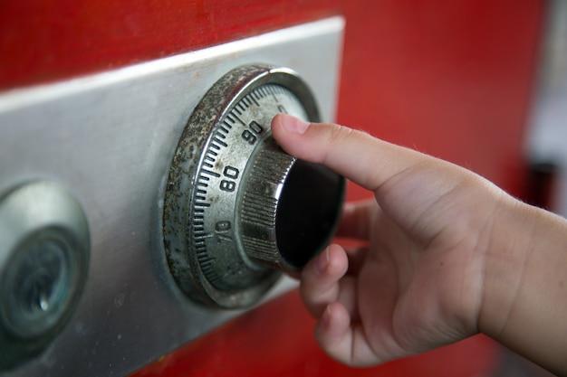 Close-up hand het aantal kluis openen