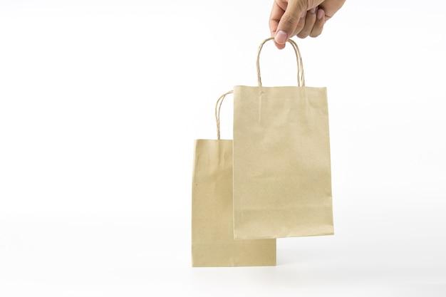 Close-up hand houdt een papieren boodschappentas