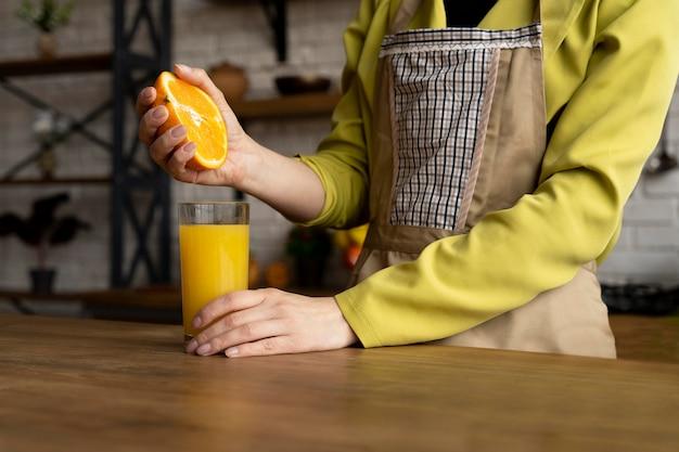 Close-up hand knijpen sinaasappel
