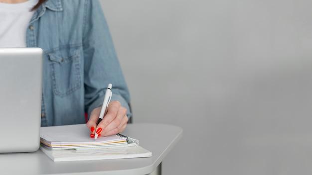Close-up hand maken van aantekeningen