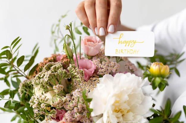 Close-up hand met gelukkige verjaardag notitie