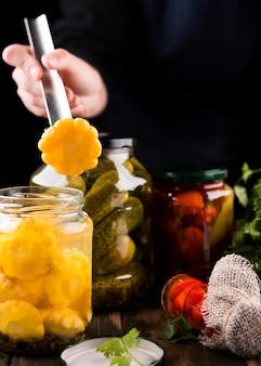 Close-up hand met groente