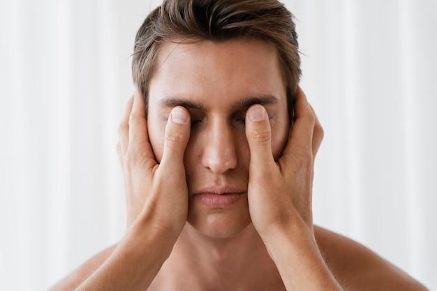 Close-up hand met iemands gezicht