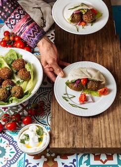 Close-up hand met joodse voedselplaat