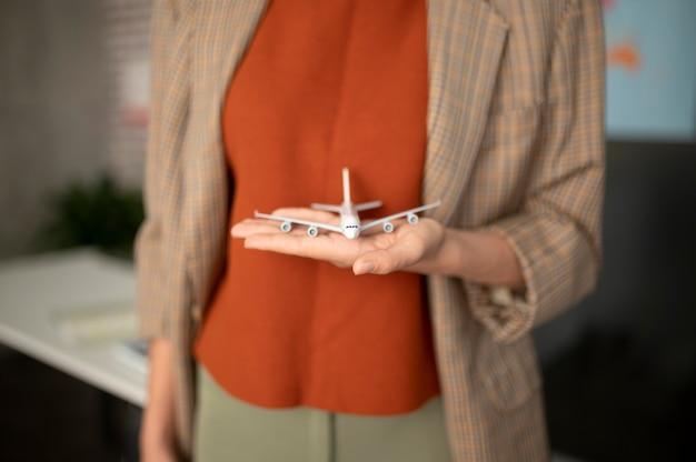 Close-up hand met klein vliegtuig