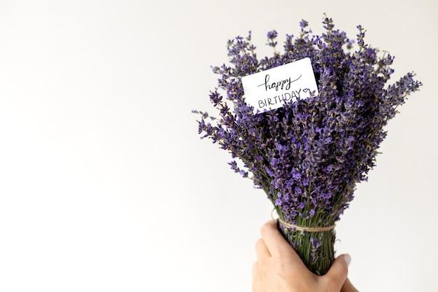 Close-up hand met lavendel boeket