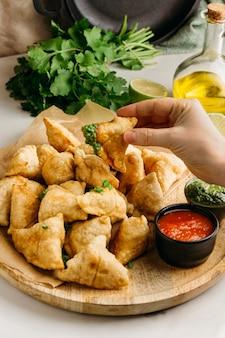 Close-up hand met pakistaans eten