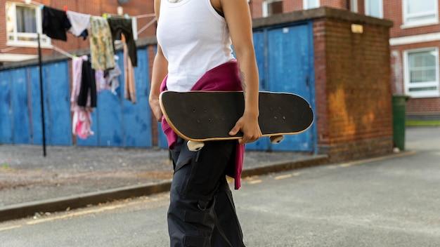 Close-up hand met skateboard