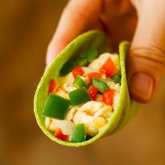 Close-up hand met taco