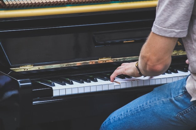 Close-up hand muzikant piano spelen op buiten.