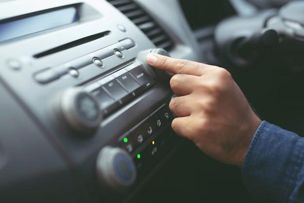 Close-up hand open autoradio luisteren.