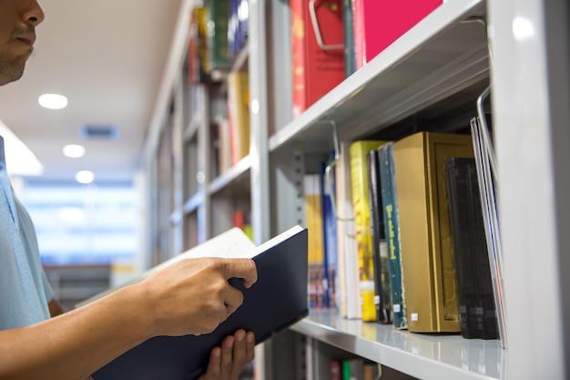 Close-up hand open en lees een boek.
