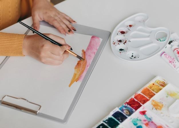Close-up hand schilderij met penseel