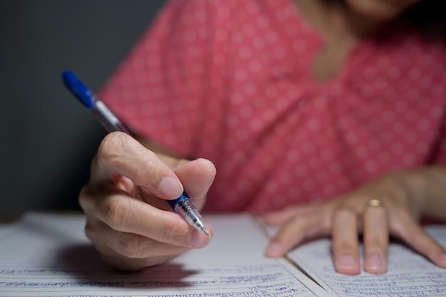 Close-up hand schrijfpapier