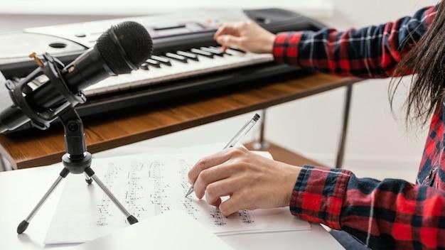 Close-up hand schrijven van muziek