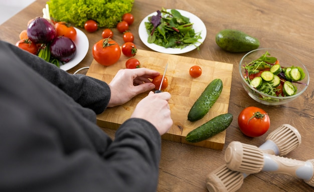 Close-up hand snijden tomaat