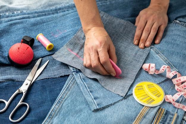 Close-up hand tekenen jeans stuk
