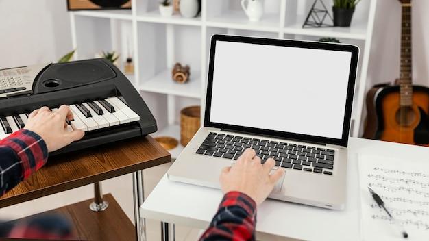 Close-up hand typen op laptop