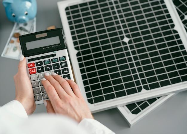 Close-up hand typen op rekenmachine