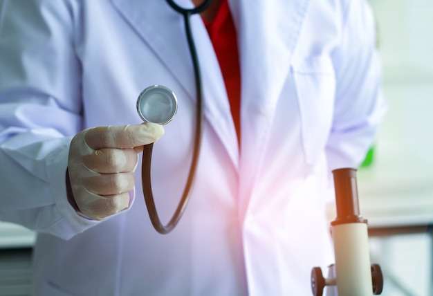 Close-up hand van een arts met een stethoscoop