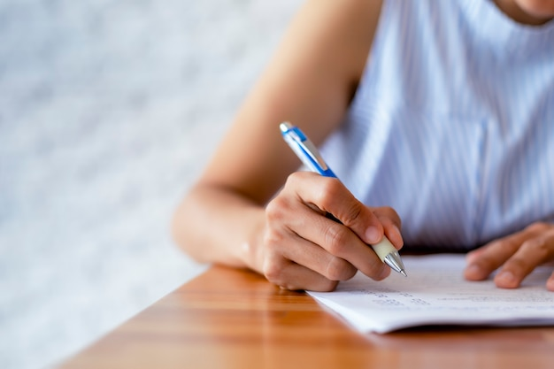Close-up hand van zakenvrouwen gebruiken pen schrijven document papier