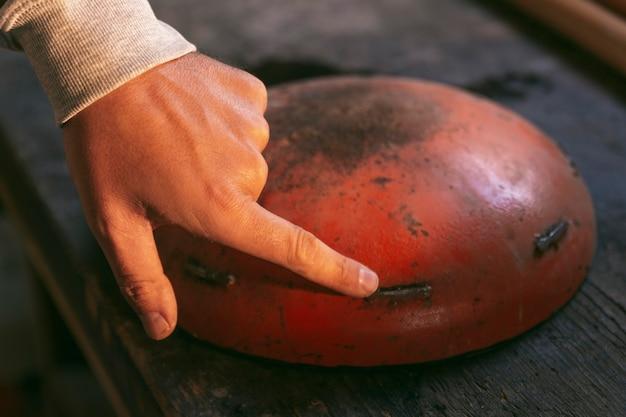 Close-up hand wat betreft oud item