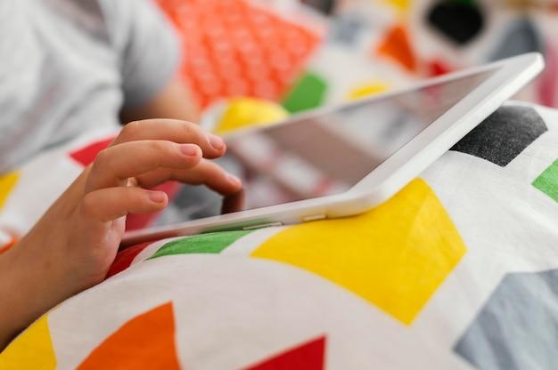 Close-up hand wat betreft tablet