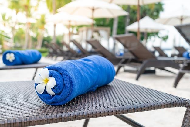 Close-up handdoek op strandstoel. reis- en vakantieconcept