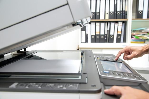 Close-up handdrukknop op paneel van het kopieerapparaat