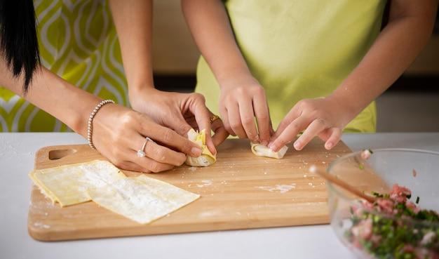 Close-up handen bereiden van voedsel