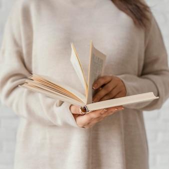 Close-up handen bladeren door boek