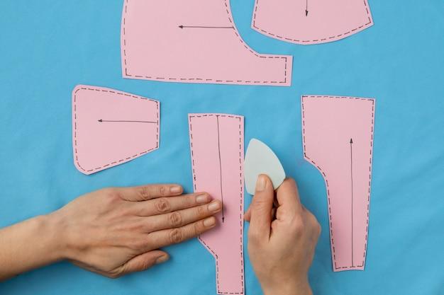 Close-up handen cre4ating kleren