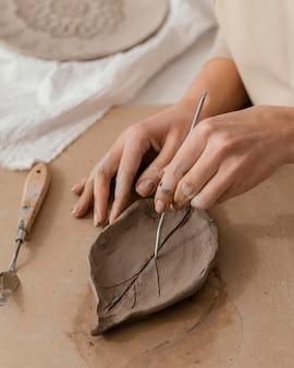 Close-up handen die blad maken
