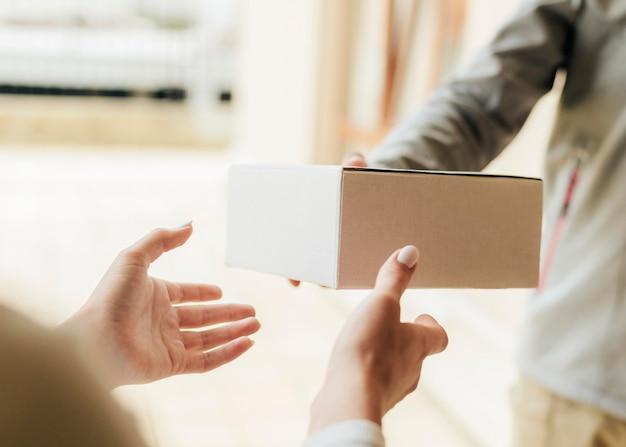 Close-up handen die doos krijgen