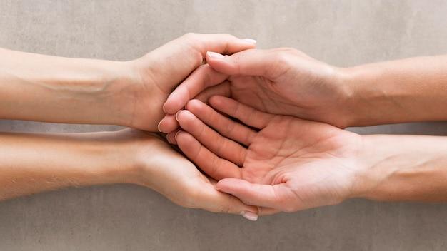 Close-up handen die elkaar houden