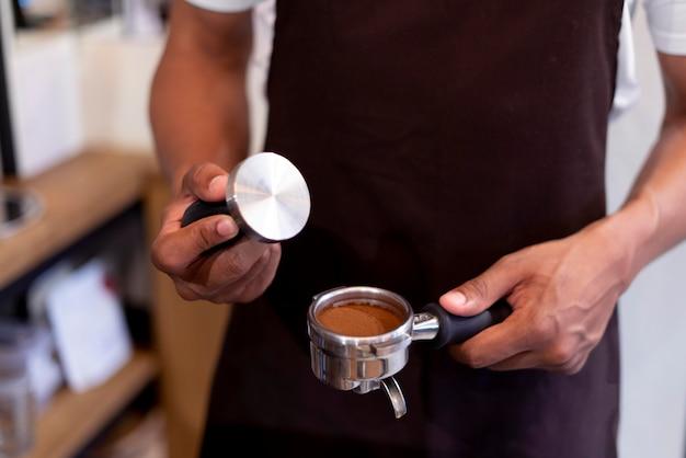 Close-up handen die koffie bereiden