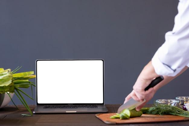 Close-up handen die komkommer snijden