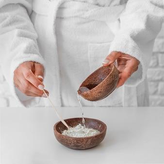 Close-up handen die remedie voorbereiden