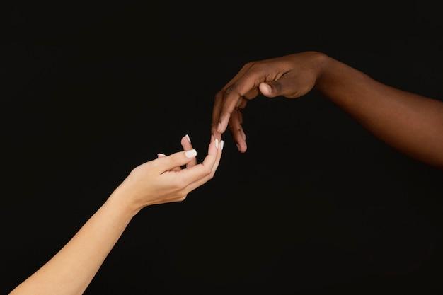 Close-up handen elkaar raken