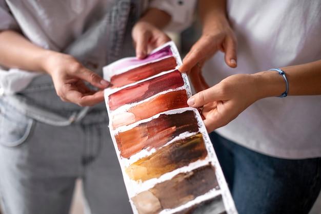 Close-up handen kiezen verfkleur