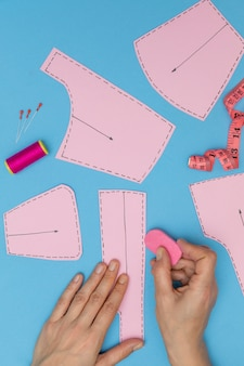 Close-up handen kleding maken