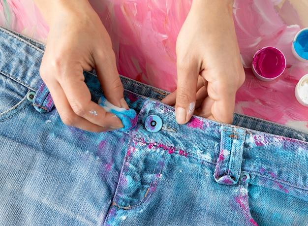 Close-up handen kleuren jeans