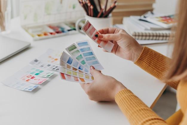 Close-up handen met aquarel kaarten