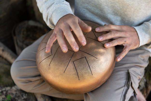 Close-up handen met artisanale artikelen