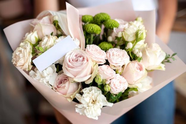 Close-up handen met bloemen boeket